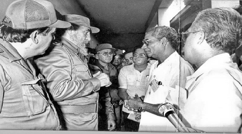Tomás Cárdenas García (Izquierda) junto a Fidel, durante accidente ferroviario ocurrido en inmediaciones del municipio de Santo Domingo. Foto: Archivo, CMHW.