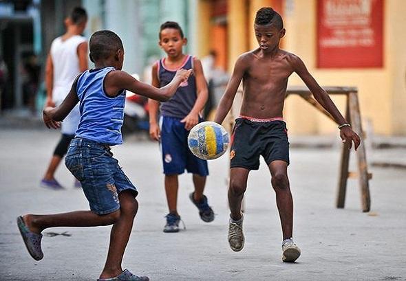 Niños jugando al fútbol en una calle de La Habana. Foto: AFP.