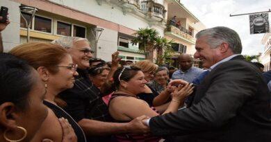 Miguel Dias Canel con el pueblo
