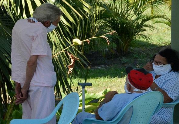 Ternura y cariño de sobra para adultos mayores en Villa Clara