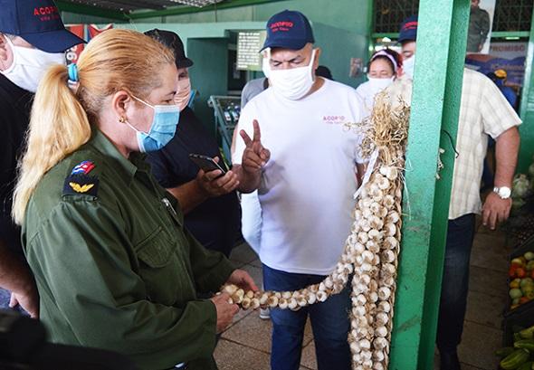 Presidenta del Consejo de Defensa Provincial recorre mercados de Santa Clara