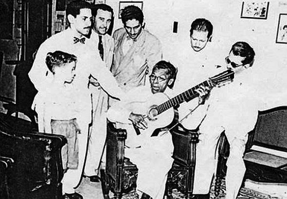 manuel-corona-tocando-guitarra